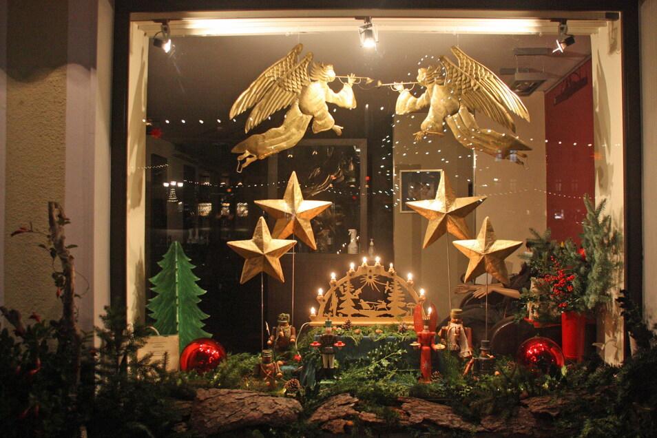 Als Weihnachtslandschaft sind die Schaustücke im Friseursalon Eckstein am Markt gestaltet.