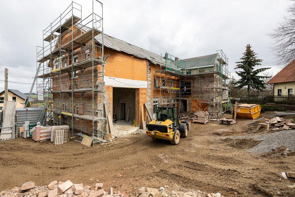 Die Sanierung des Gasthofs in Obercunnersdorf ist ein großes Vorhaben der Gemeinde, das aber vor dem Abschluss steht. Hier entstehen ein Dorfgemeinschaftshaus und ein Feuerwehrhaus.