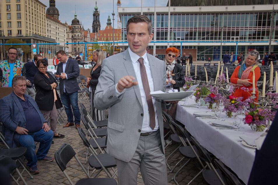 Sachsens Wirtschaftsminister Martin Dulig (SPD) bei einer Aktion von Gastronomen auf dem Dresdner Altmarkt.