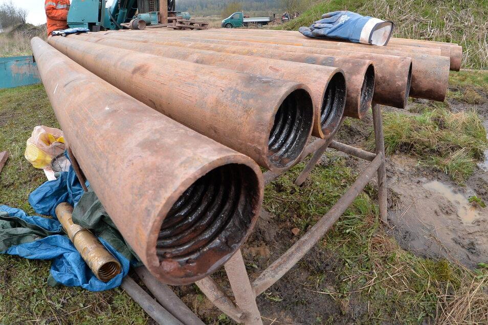 Hier liegt das Bohrgestänge, das bei den Erkundungen in Zinnwald zum Einsatz gekommen ist.
