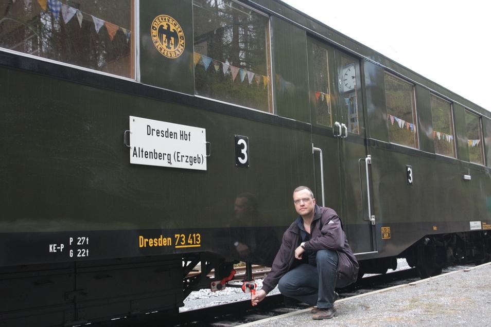 Jörg Köhler an dem Altenberger Wagen, den der Förderverein für die Müglitztalbahn e.V 2000 ankaufen konnte.