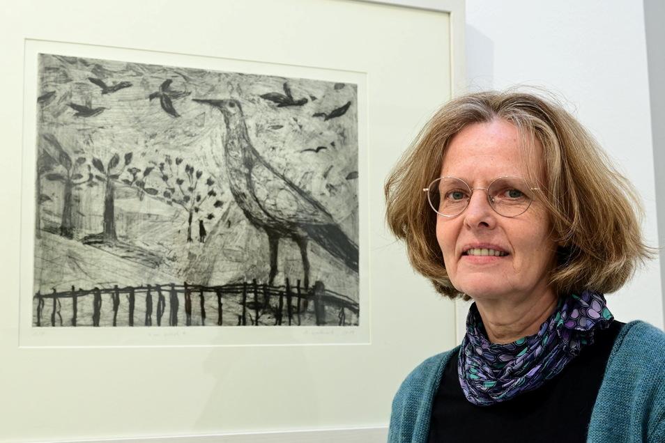 """Die Dresdner Künstlerin Heike Wadewitz mit ihrer 2019 entstandenen Radierung """"im wind"""" in der Galerie der Kuppelhalle Tharandt."""