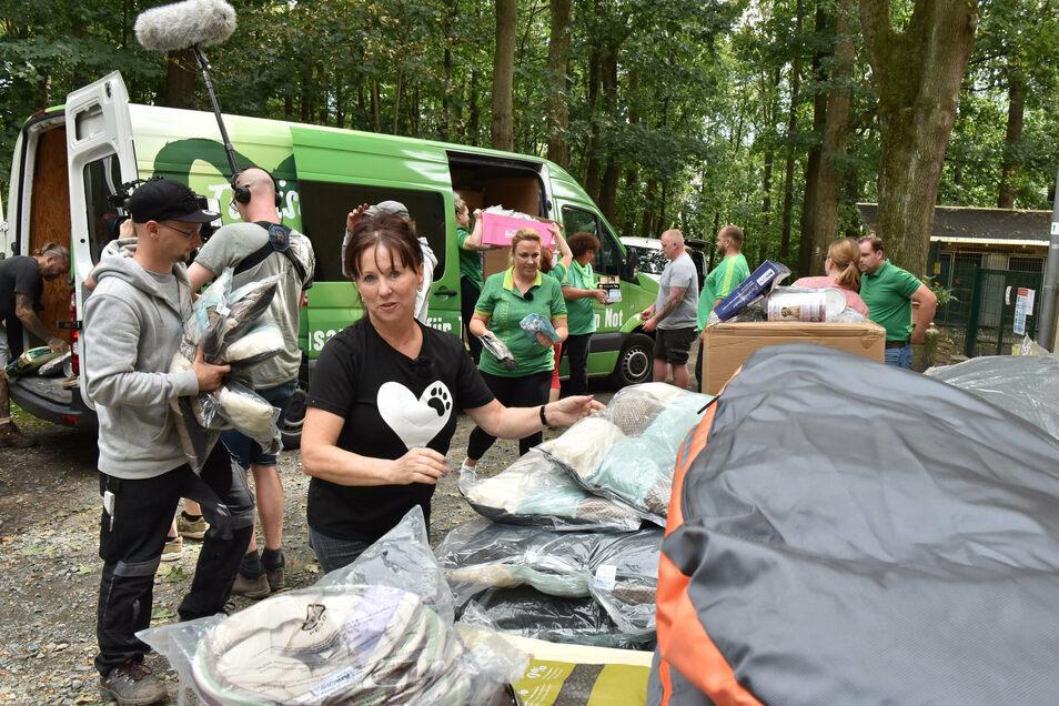 Regina Barthel-Marr freut sich über die Spenden für die Tiere, die derzeit in ihrem Tierheim ein Zuhause haben. Hier wird der vollgepackte Transporter entladen.