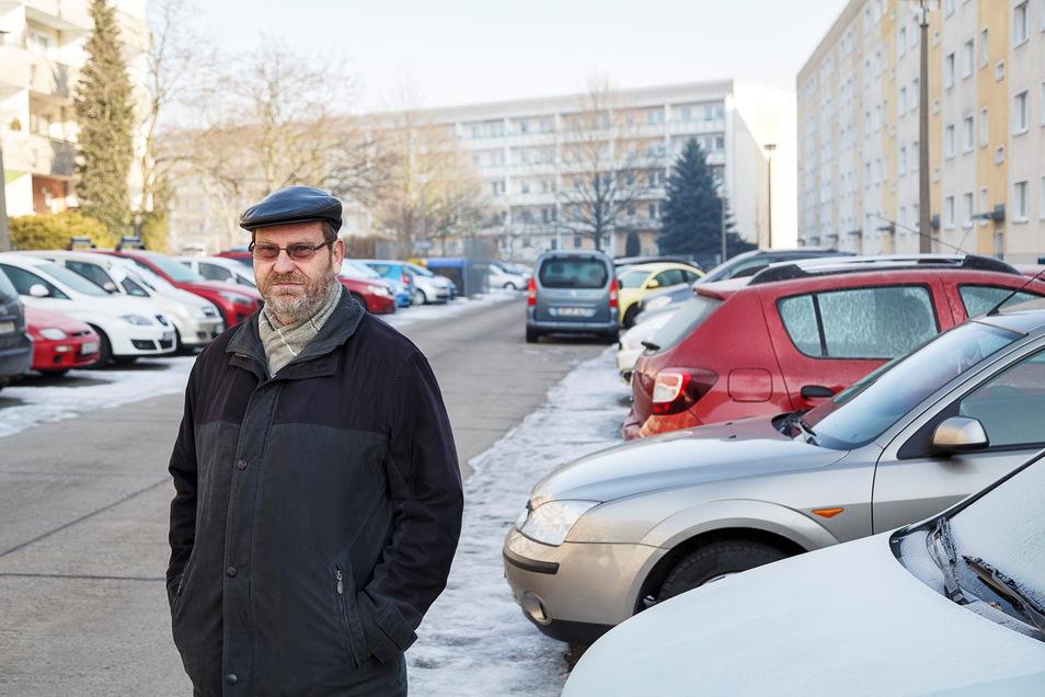 Am Ostring in Königshufen ist alles zugeparkt: Anwohner Gerhard Heinig ärgert sich über die Situation. Nun soll es auch hier einen Verkehrsversuch geben.
