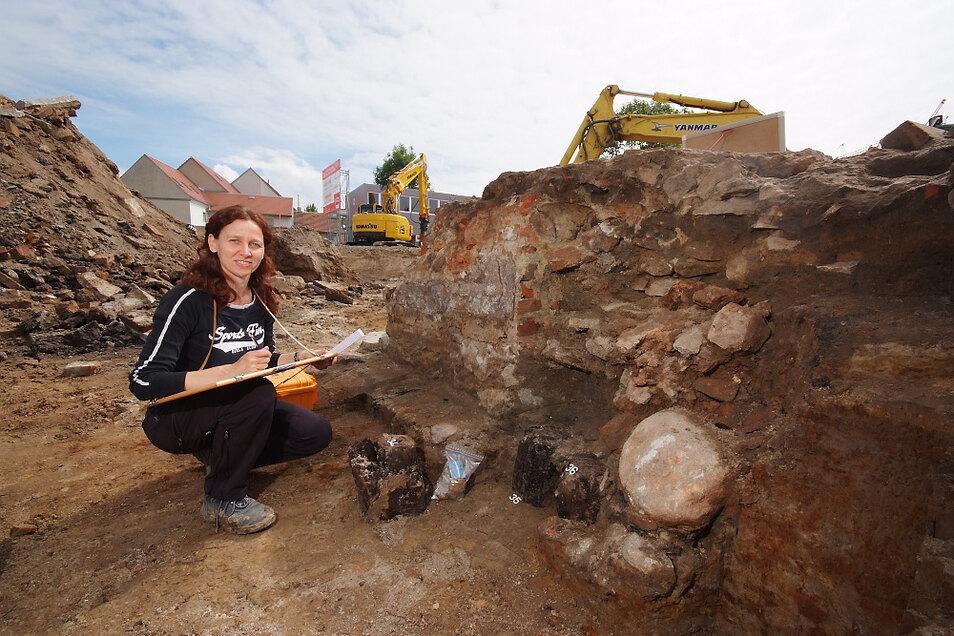 """Im Sommer 2014 war Archäologin Anja Kaltofen mit Dokumentationen im Bereich des """"Goldenen Stern"""" beschäftigt. Als man hier 1836 das Hotel baute, bezog man einen Teil der Mauer des Schlosshofes in die Hinterhofbebauung ein."""