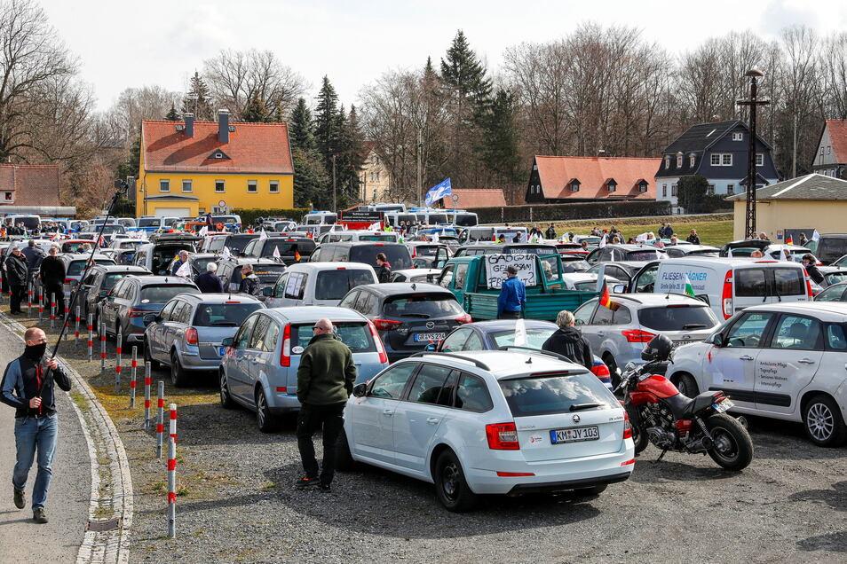 Dicht gedrängt standen die etwa 160 Fahrzeuge der zwei Autokorsos in Großschönau.