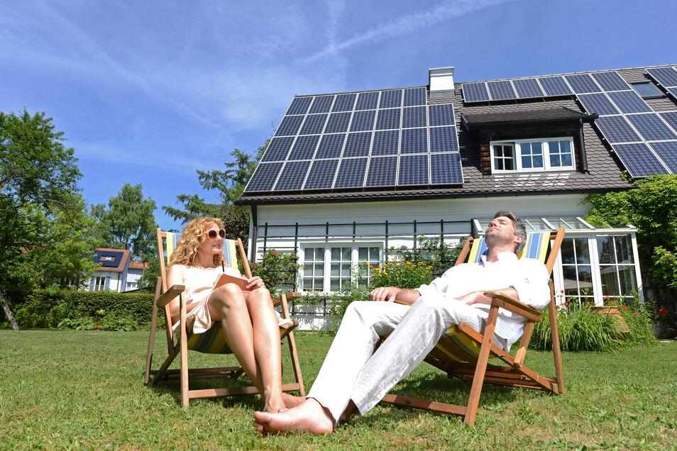 Die Solaranlage auf dem Dach speichert Sonnenenergie. Den daraus gewonnenen Strom kann man zu jeder Jahreszeit nutzen.