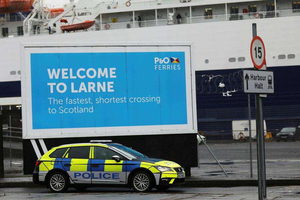 Ein Fahrzeug der Polizei patrouilliert im Hafen von Larne. Die Behörden in Nordirland haben nach Drohungen gegen das Grenzpersonal die Post-Brexit-Kontrollen ausgesetzt.