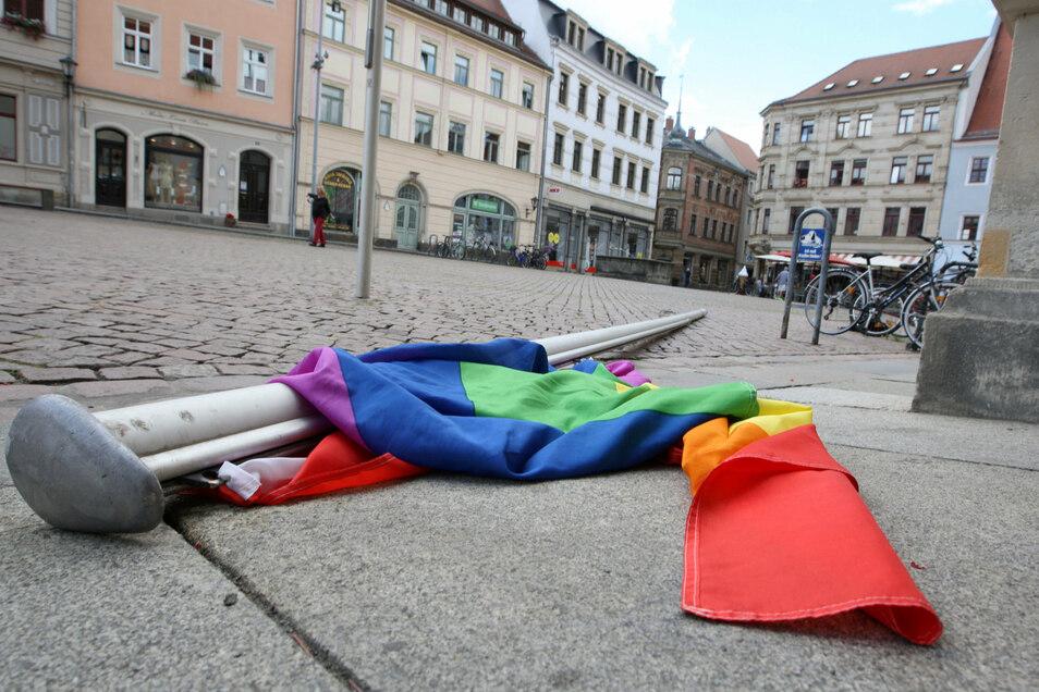 Umgekippter Mast mit Regenbogenfahne vor dem Pirnaer Rathaus: Wie ein Schlag ins Gesicht.