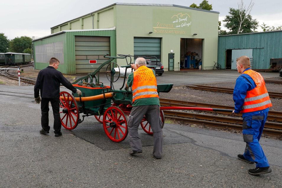 Ankunft der Spritze am Güterschuppen beim Zittauer Bahnhof