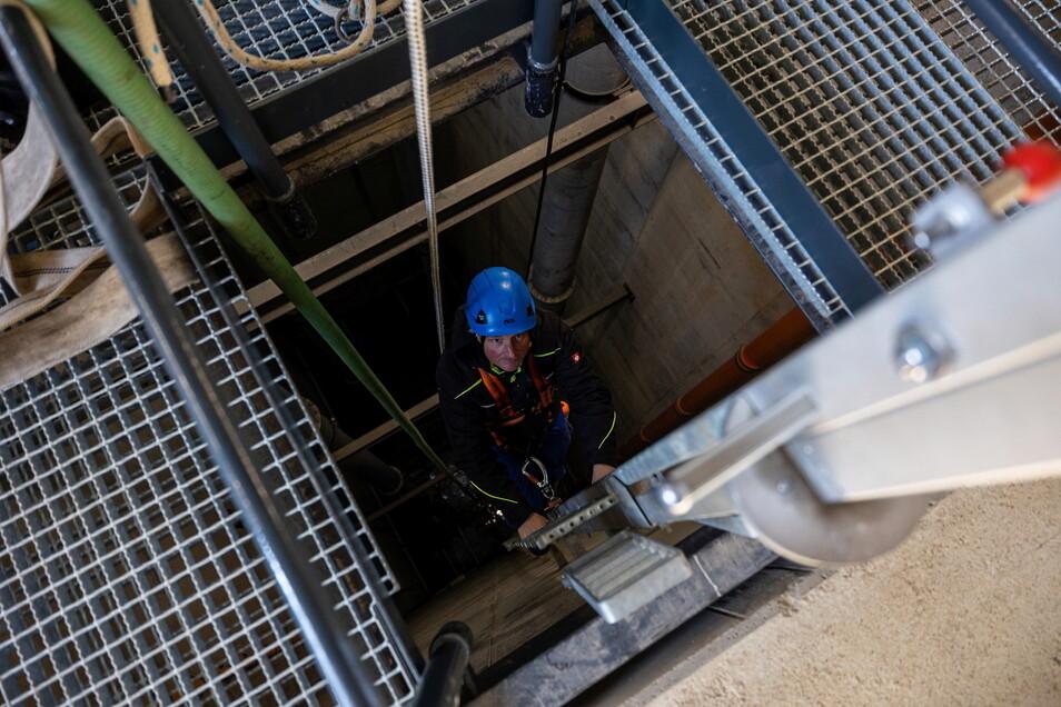 Staumeister Michael Kloppisch steigt in einen Schacht zur Kontrolle des Damms. Das gehört zu seinen regelmäßigen Messrunden, die er während des Probestaus am neuen Damm im Pöbeltal macht.