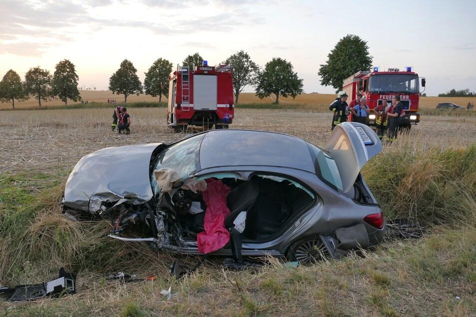 Kurz vor 20.30 Uhr konnte der verunglückte Fahrer aus dem Wagen befreit werden.