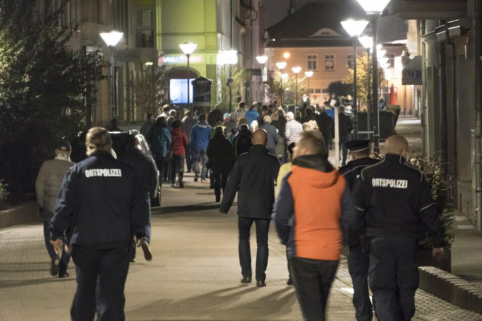 In Riesas Innenstadt wurde am Montag einmal mehr protestiert. Die Präsenz der Behörden gab es so dabei aber zum ersten Mal.
