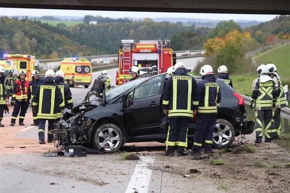 Fahrer und Beifahrer des Peugeot wurden verletzt.