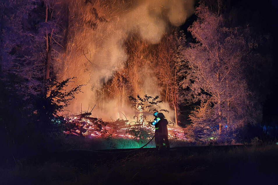 Ein Holzhaufen am Armesünderweg zum Ameisenberg hat am Montagabend gebrannt. Feuerwehren aus Oybin, Jonsdorf, Olbersdorf, Bertsdorf und Zittau waren im Einsatz.