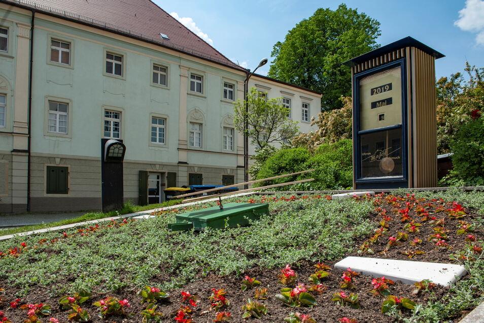Am Kirchplatz in Großenhain, vor der Blumenuhr, macht am Donnerstagvormittag der Singebus der Chorjugend Station. Der Kirchplatz wird dafür für den normalen Verkehr gesperrt.