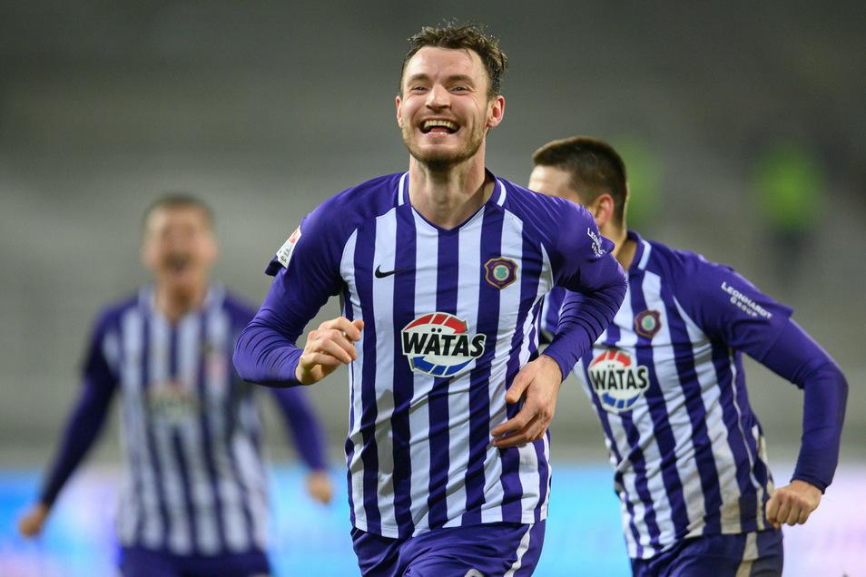Florian Ballas bekommt das Grinsen nicht mehr aus dem Gesicht, denn gerade hat der 28-Jährige den Siegtreffer für Aue gegen die Würzburger Kickers erzielt.