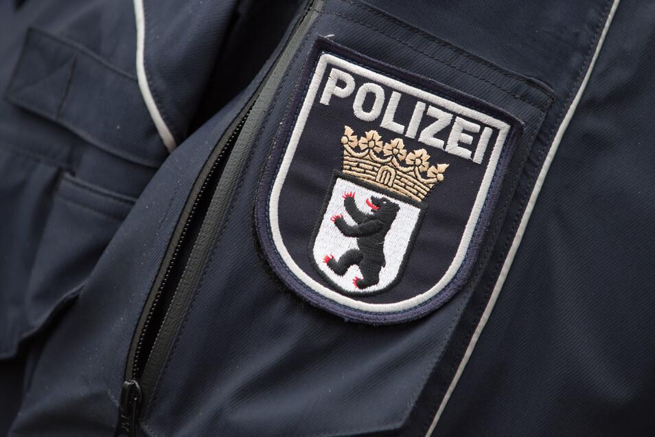Das Wappen der Berliner Polizei an einer Polizeijacke.