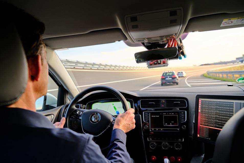 Zukünftig können sich Fahrzeuge in sogenannten Platoons zusammenschließen und in sehr geringem Abstand zueinander fahren.
