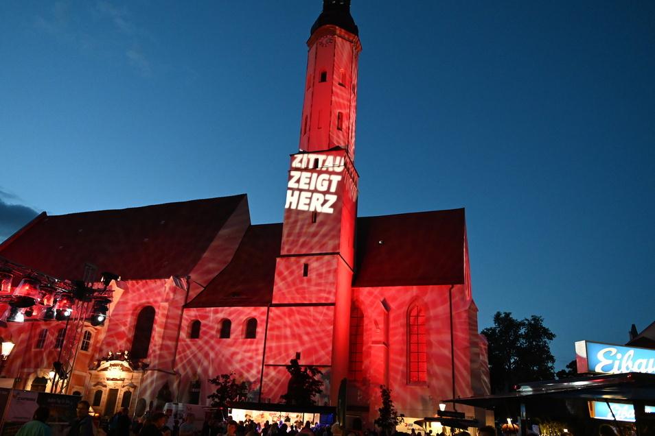 """An der Klosterkirche stand """"Zittau zeigt Herz"""". Damit wollte die Stadt Werbung für die Kulturhauptstadtbewerbung machen."""