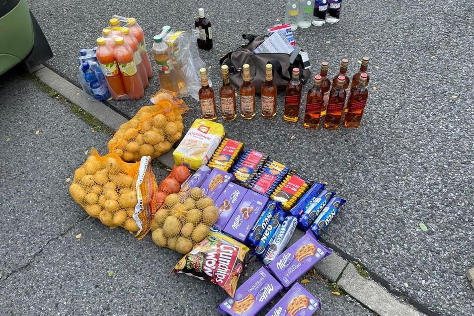 Johnnie-Walker-Whisky, Kartoffeln und Milka-Kekse: Dieses Diebesgut stellten die Beamten bei der Kontrolle von vier Tschechen sicher.