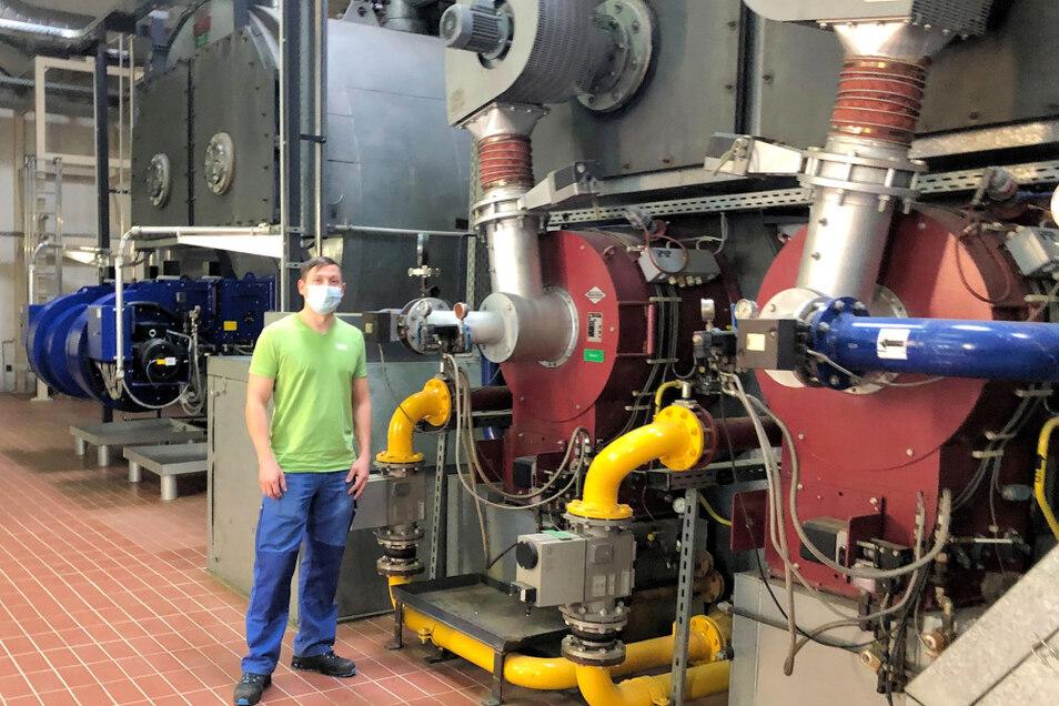 Das Spitzenheizwerk der VBH hat in diesem Jahr einen runden Geburtstag. Gebaut worden ist es nämlich 1991, also vor genau 30 Jahren. Einer derjenigen, die sich um den Betrieb der Heiz-Anlagen kümmert, ist VBH-Netzmonteur Marcel Teynil.