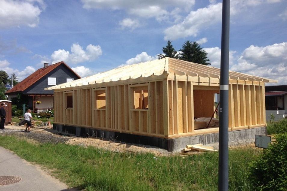 Innerhalb von vier Wochen kann der Rohbau für ein Holzhaus stehen.