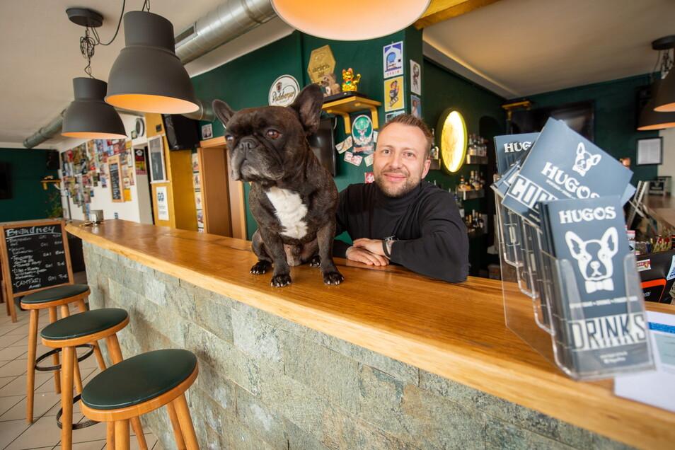 Sebastian Hering hat die Bar Hugos in der Pirnaer Innenstadt vor Kurzem wieder eröffnet. Sein Hund ist der Namensgeber des Lokals.