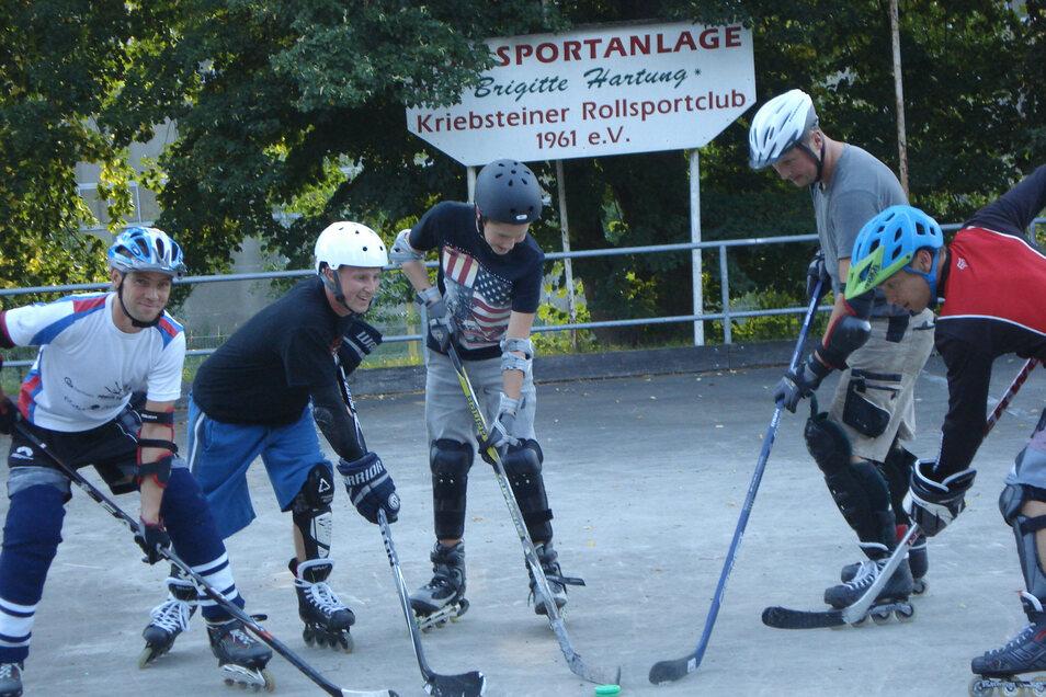 Ehemalige Eishockey-Spieler haben auf Skater-Hockey umgestellt und trainieren nun auf der Kriebethaler Rollsportanlage.