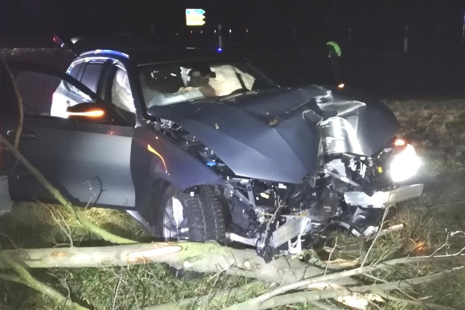 Der BMW und jene, die ihn in Leipzig gestohlen hatten, wurden in ihrer Fahrt jäh gebremst: Im Großenhainer Ortsteil Folbern konnten die Fahnder die Autodiebe nach einer Kollision festnehmen.
