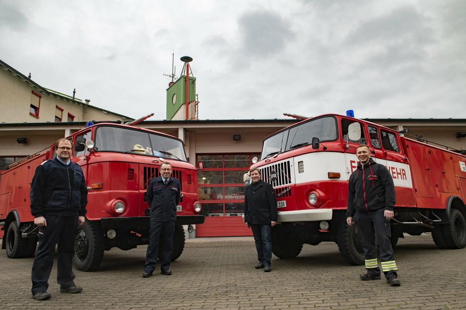 Michael Kurz (Gemeindewehrleiter Schönfeld), Ingo Nestler (Kreisbrandmeister), Sven Mißbach (OB Großenhain) und Tom Tschuppan (Feuerwehr Großenhain/v. l.) stellten sich zum Foto mit den letzten beiden W50 in Diensten der Feuerwehren des Landkreises.