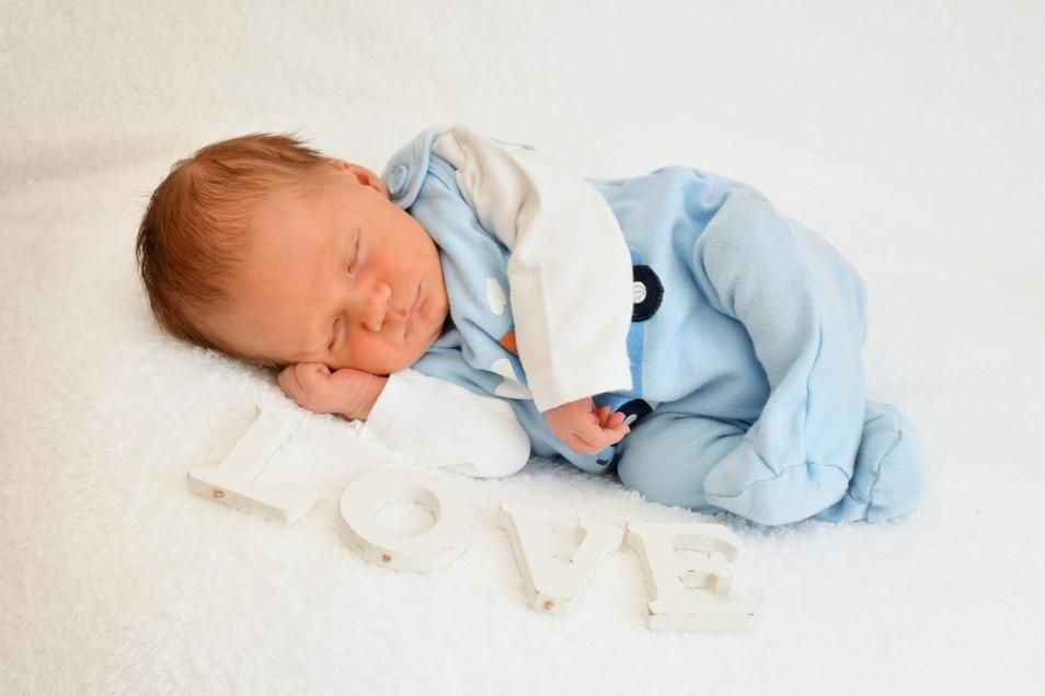 Jamie, geboren am 29. Juli, Geburtsort: Städtisches Krankenhaus Dresden-Neustadt, Gewicht: 3.490 Gramm, Größe: 48 Zentimeter, Eltern: Aline Pflugradt und Marcus Weber