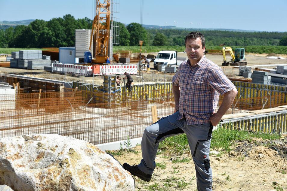 Harald Weickelt, der Vorsitzende der  Agrargenossenschaft Bertsdorf-Olbersdorf vor der Großbaustelle für die neuen Ställe.