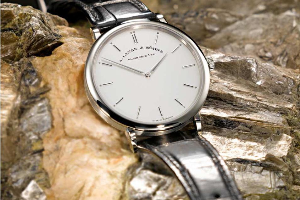 2012 präsentierte der Glashütter Luxusuhrenhersteller Lange die Saxonia Thin auf Zinnwaldit - einem Gestein aus dem Erzgebirge. Beim aktuellen Wettbewerb Goldene Unruh ist die Uhr in der Weißgold-Variante (21.700 Euro) in der Wertung.