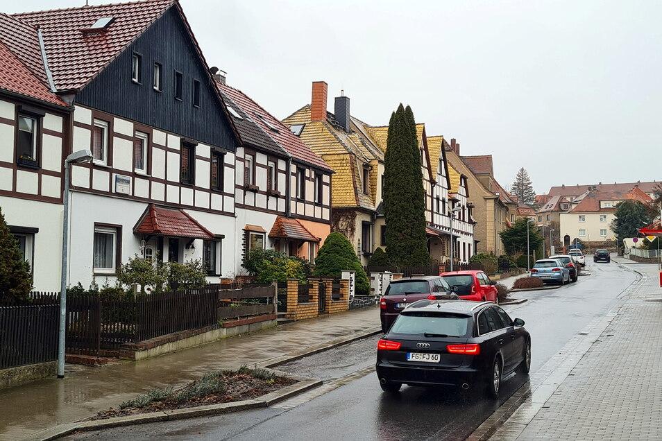 An der Herrmannstraße in Roßwein soll ein Mehrfamilienhaus saniert werden. Den Zugang muss der Eigentümer nicht barrierefrei gestalten.