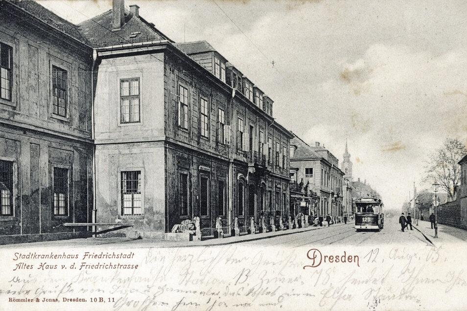 Das Krankenhaus Friedrichstadt auf einer Postkarte um 1900. Äußerlich hat es noch immer das Aussehen von 1849.