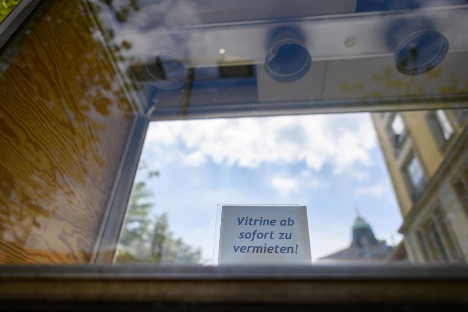 """Dresden: Ein Schild """"Vitrine ab sofort zu vermieten"""" steht in einem Schaukasten in einer Fußgängerzone in der Innenstadt."""