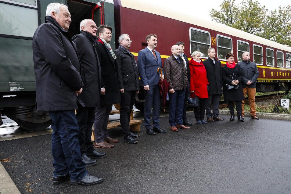 Die Politiker-Delegation beim Halt auf freier Strecke in Porajow.