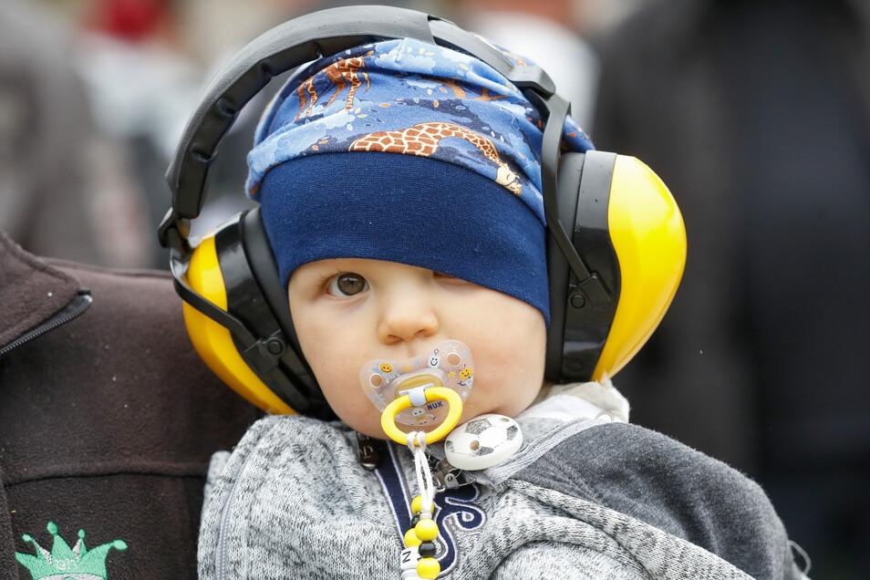 Der Lautstärke entkommen: Mit Kopfhörern ist dieser Junge geschützt gegen den Lärm auf der Strecke.