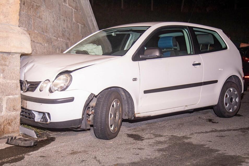 Die Fahrerin eines VW Polo stieß am Freitag in Bischofswerda gegen eine Brückenmauer. Sie und zwei Mitfahrer wurden leicht verletzt.
