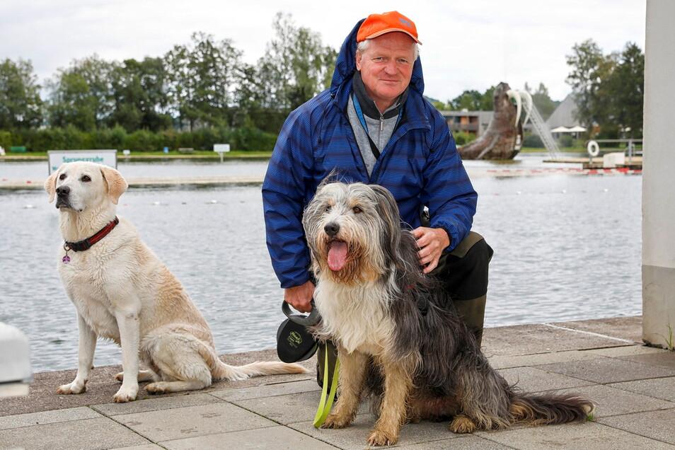 Joachim Renger mit seinem fünfjährigen Hund Joey gehörte zu den Gästen des Hundebadetages im Großschönauer Trixi-Waldstrandbad.