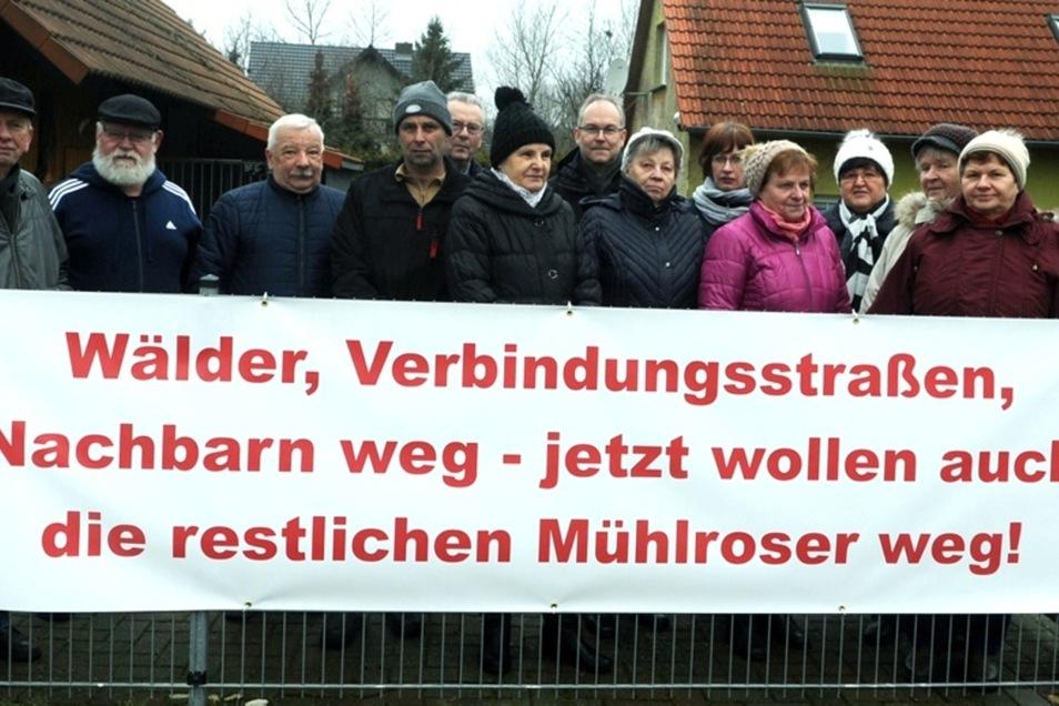 Im Februar standen die Mühlroser Bürger mit Plakaten in ihrem Ort und kämpften für die Umsiedlung.