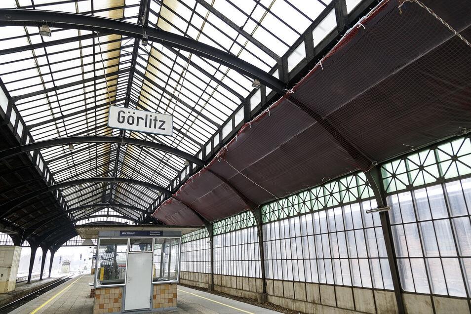 Das Glasdach über dem Bahnsteig 11/12 im Görlitzer Bahnhof wurde 2017 repariert. Nun sind größere Arbeiten geplant.
