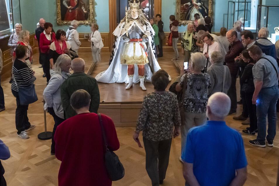 Noch immer huldigen die Untertanen ihrem August: Die Figurine trägt den Krönungsornat des Königs von Polen aus dem Jahr 1697. In voller Pracht zu sehen ist das Ganze im Dresdner Residenzschloss