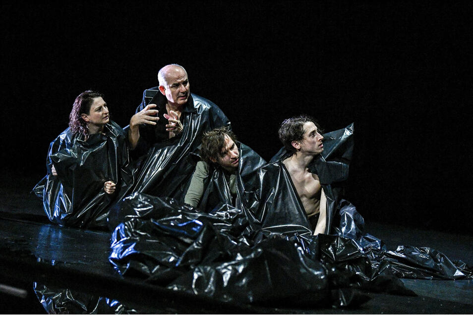 Das Ensemble kriecht in Plastiksäcke hinein, um so Bilder von körperlicher Deformation hervorzurufen: Lisa Natalie Arnold, Holger Hübner, Denis Geyersbach und Daniel Séjourné (v.l.n.r.)