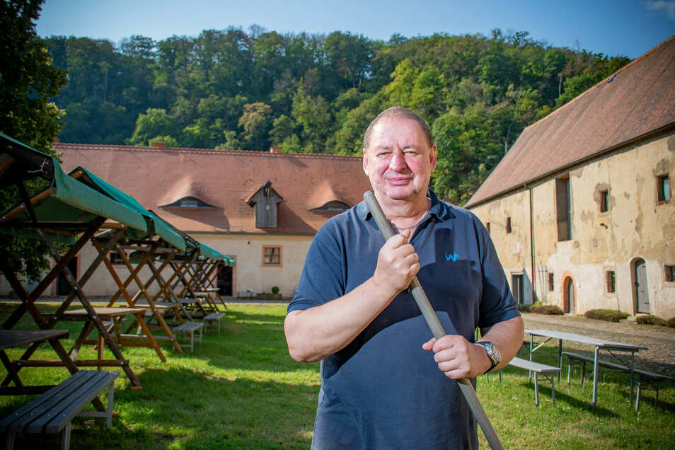 """Andreas Zabel kommt regelmäßig aus Leipzig ins Kloster Buch, um ehrenamtlich zu helfen. """"Man kann sich nicht vorstellen, wie viel Arbeit in diesem Gelände steckt"""", sagt er."""