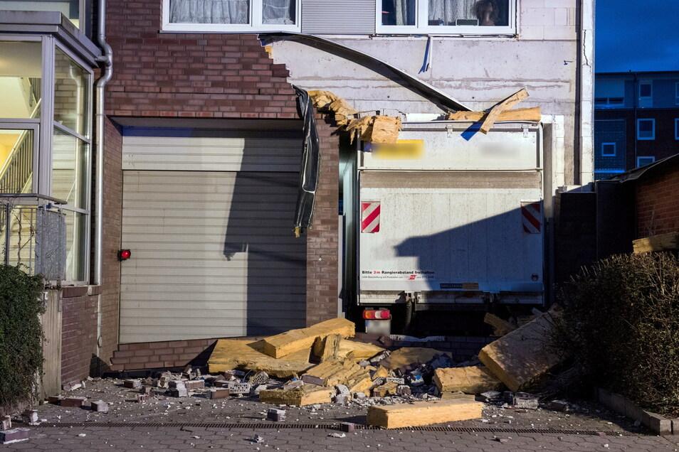 Ein Lastwagen einer Fahrzeugvermietung steckt in Hamburg in der Durchfahrt eines Mehrfamilienhauses fest.