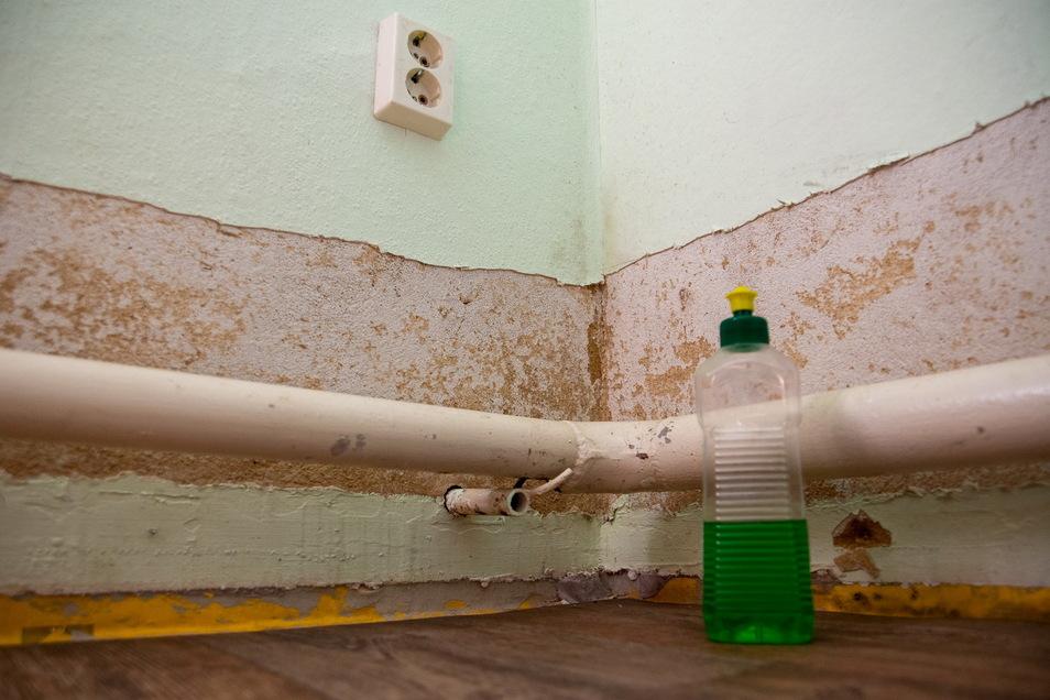 In der Küche ist der vom Wasser beschädigte Wandbelag beseitigt. 30 Zentimeter hoch stand dort das Wasser.