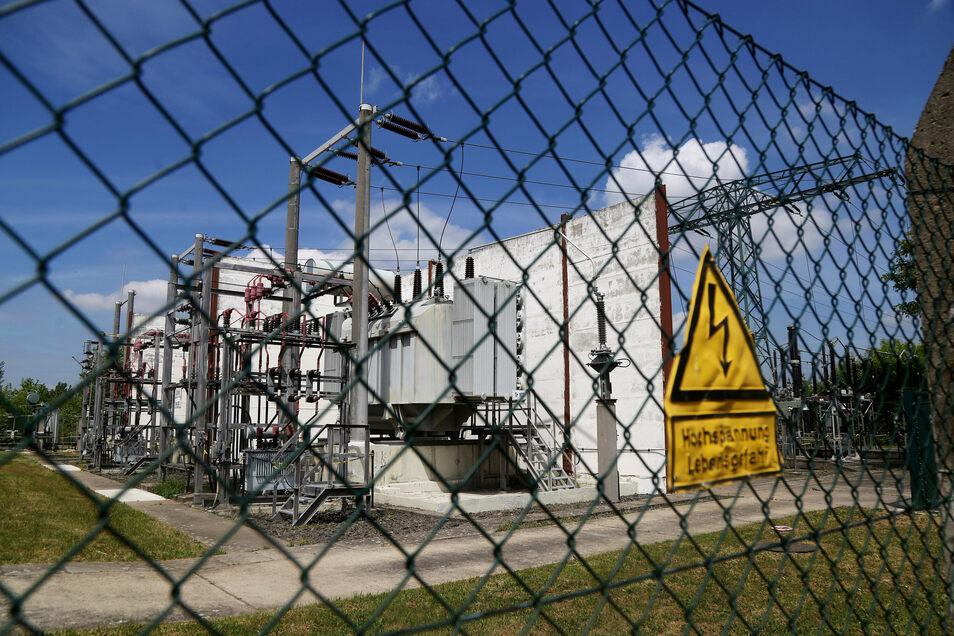 Blick auf ein Umspannwerk in Riesa. Die Kosten für Strom werden im Jahr 2021 leicht fallen.