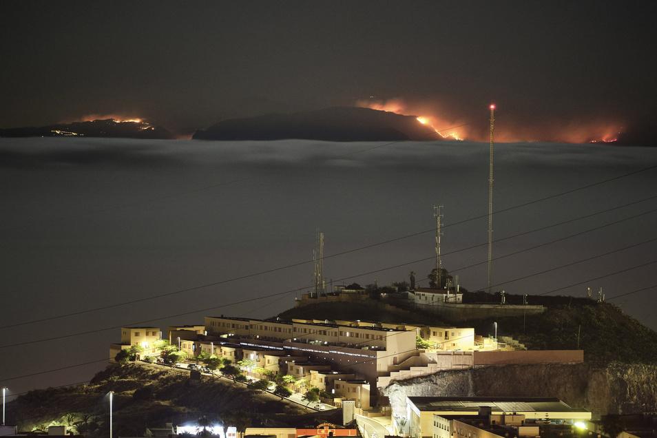 Blick von der Insel Teneriffa auf den Waldbrand auf Gran Canaria.